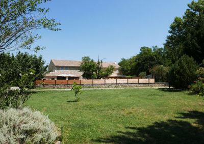Vue du Mas Sérénity en entier avec le jardin de la partie locative.