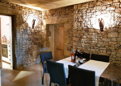 La salle à manger avec la porte de la cuisine.