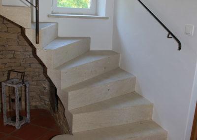 L'escalier en pierre qui vous mène à l'étage.