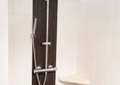 La douche à l'italienne de la salle de bain de la chambre du rez-de-chaussée.