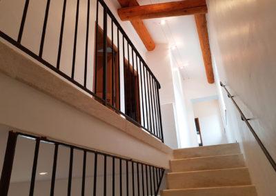 L'escalier pour aller à l'étage.