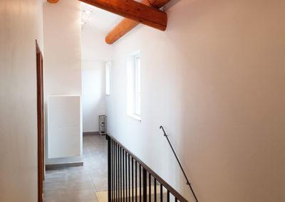 Le couloir de l'étage avec, au fond, la chambre N°2 et à gauche la chambre N°3.