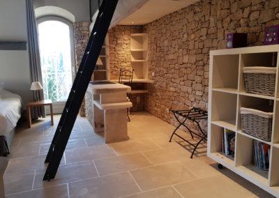 """La """"Chambre Grise"""" vue sur le bureau et l'escalier de la mezzanine."""