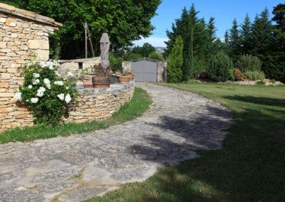 Le chemin d'accès au Mas et le portail qui vous sont entièrement réservés.