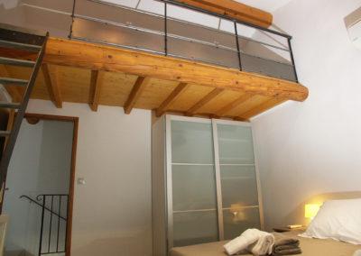 La chambre N°4 avec la mezzanine et le placard de rangement.