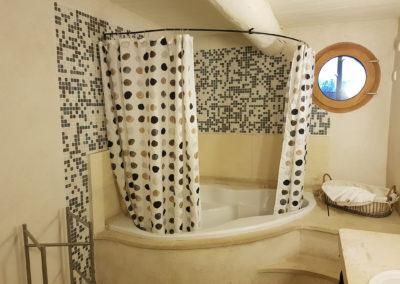 Salle de bain, vue sur la baignoire.