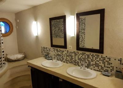 Salle de bain, vue sur les deux lavabos.