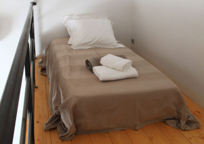 Une mezzanine avec un lit de 90x200 cm.