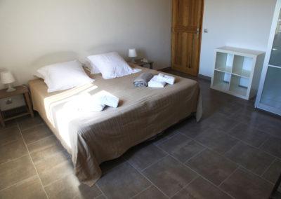 Une chambre avec un lit de 180x200 cm, les serviettes et les oreillers.