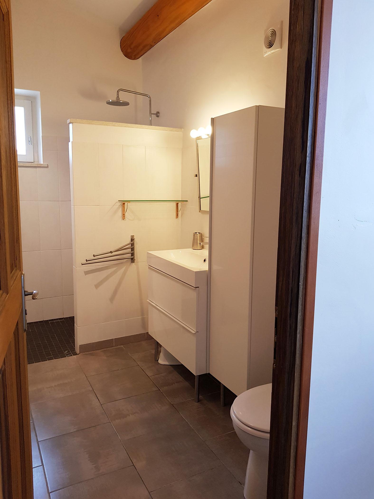 La salle d\'eau de l\'étage qui est à côté de la chambre N°2. - Mazet
