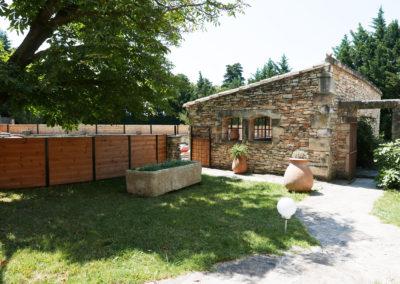 Vue sur le Pool House du petit jardin entre le Mas Sérénity et la piscine.