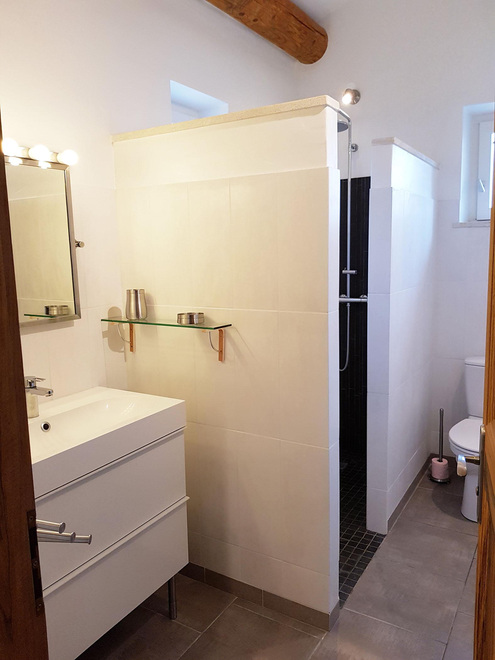 La salle d\'eau de l\'étage qui est à côté de la chambre N°5. - Mazet