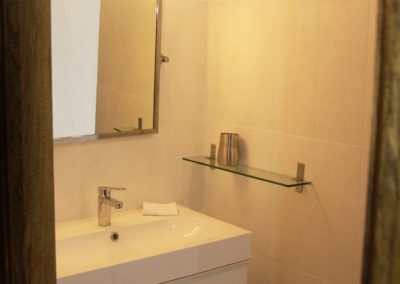 Le lavabo et son miroir.