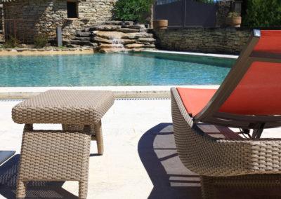 La piscine et ses bains de soleil.