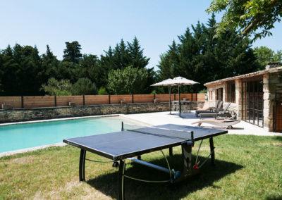 La piscine, sa plage et la table de ping-pong.