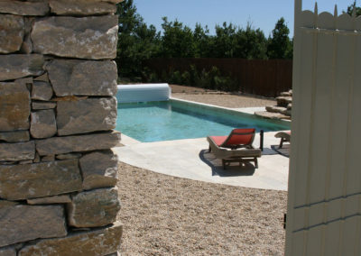 La piscine vue du petit portillon.
