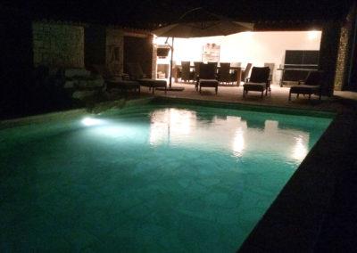 La piscine et le Pool House vue de nuit.