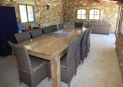 Le Pool House vue sur le table pouvant accueillir 10 personnes.