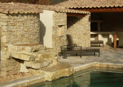 Vue sur la cascade, la douche extérieure, les toilettes et le Pool House.