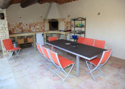 Le Pool House avec sa table pour 8 personnes.