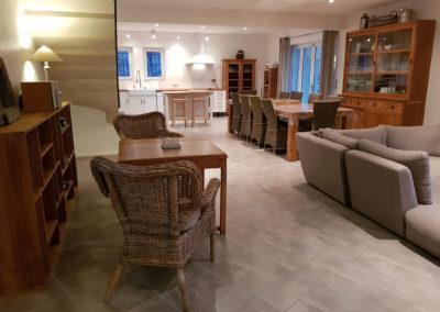 La pièce principale avec au fond le coin cuisine.