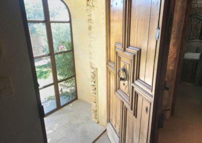 La porte d'entrée du Mas Sérénity.
