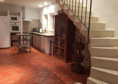 La cuisine et l'escalier pour aller à l'étage.
