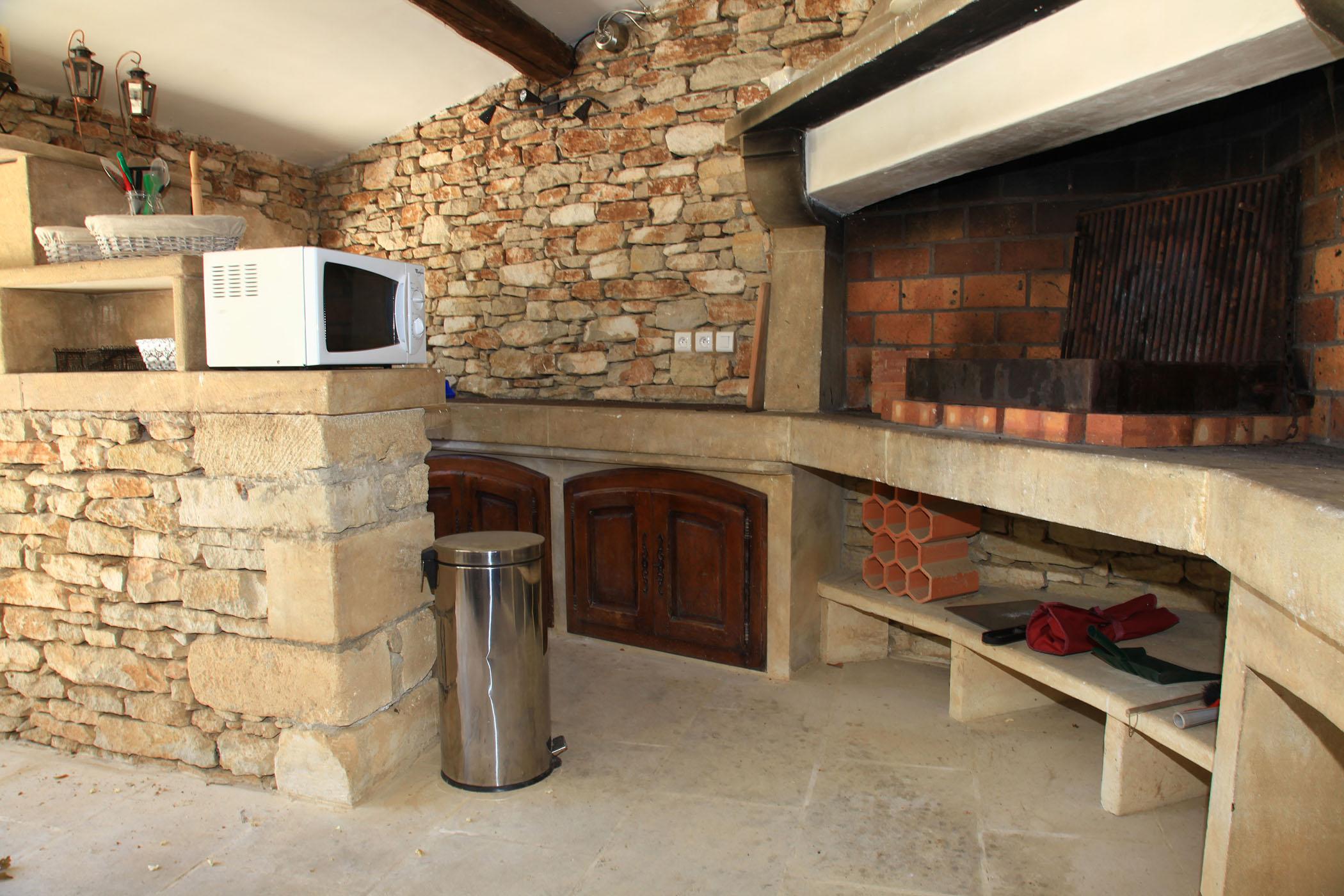 Vue Sur Le Barbecue Et La Cuisine D Ete Du Pool House Mazet